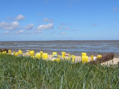 Der strand von cuxhaven bei ebbe im hintergrund ist die insel neuwerk